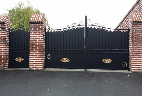 Photo portail tradition noir avec dorure